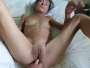 Senior cougar likes to attempt new playthings in her pussy